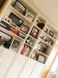 Foto's en persoonlijke spulletjes in onze kast in de woonkamer.